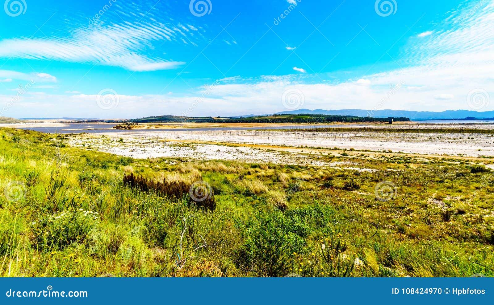 Extremadamente - nivel del agua baja en la presa de Theewaterkloof que es una fuente importante para el abastecimiento de agua a