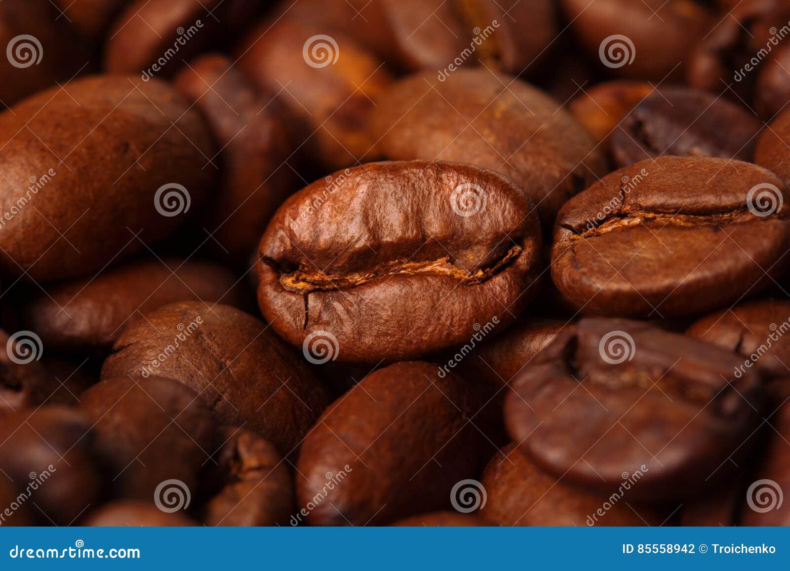 Extreme Nahaufnahme von den Kaffeebohnen gebraten