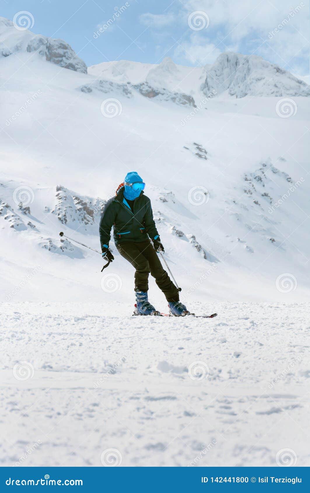 Extreme wintersporten Mensenskiër die neer in hoog bevroren bergen ski?en