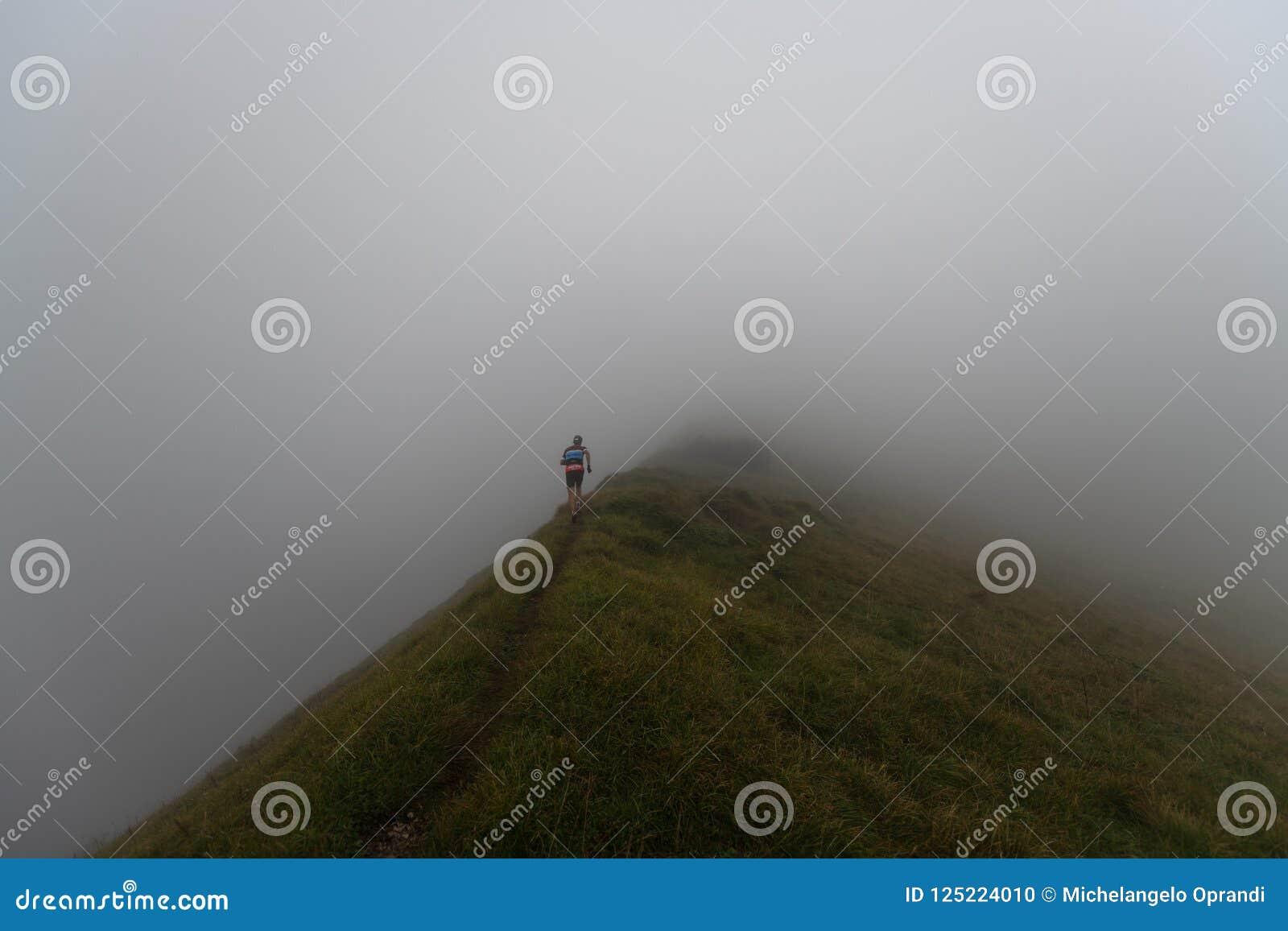 Extremes Gebirgsrennwettbewerb skymarathon Läufer auf einer Kante