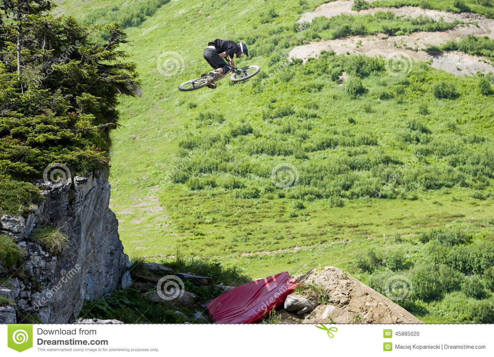 Extremo de Freeride del salto de Mountainbiker