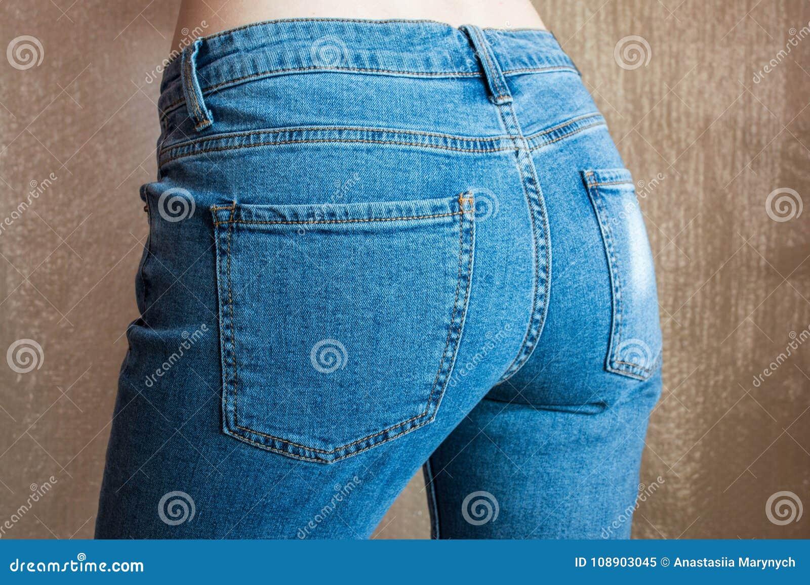 Extremo femenino delgado apto en tejanos Nalgas de la mujer en dril de algodón
