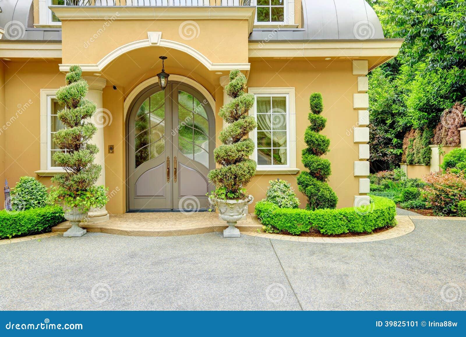 Ext rieur de luxe de maison entr e principale photo stock for Entree maison exterieur