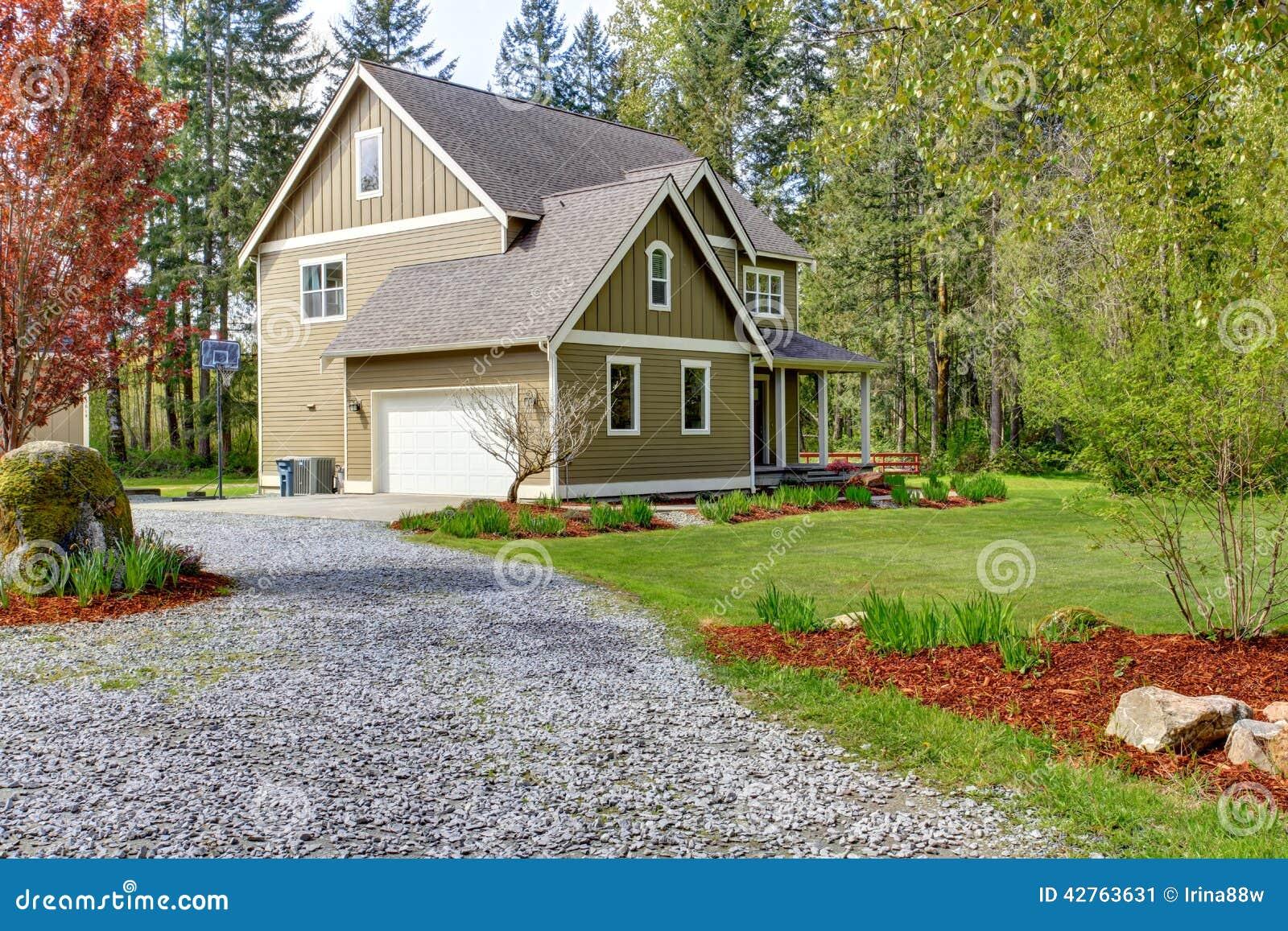 Ext rieur de maison de campagne vue d 39 all e d 39 entr e et de for Exterieur vieille maison