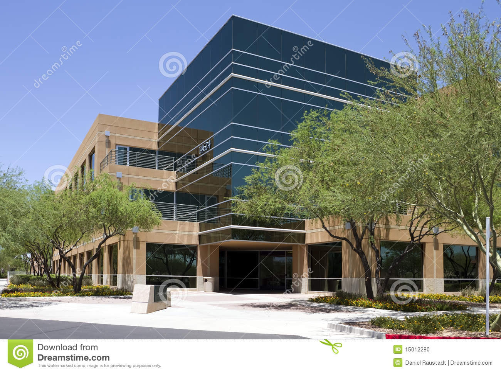 Ext rieur moderne d 39 immeuble de bureaux de corporation for Immeuble bureau moderne