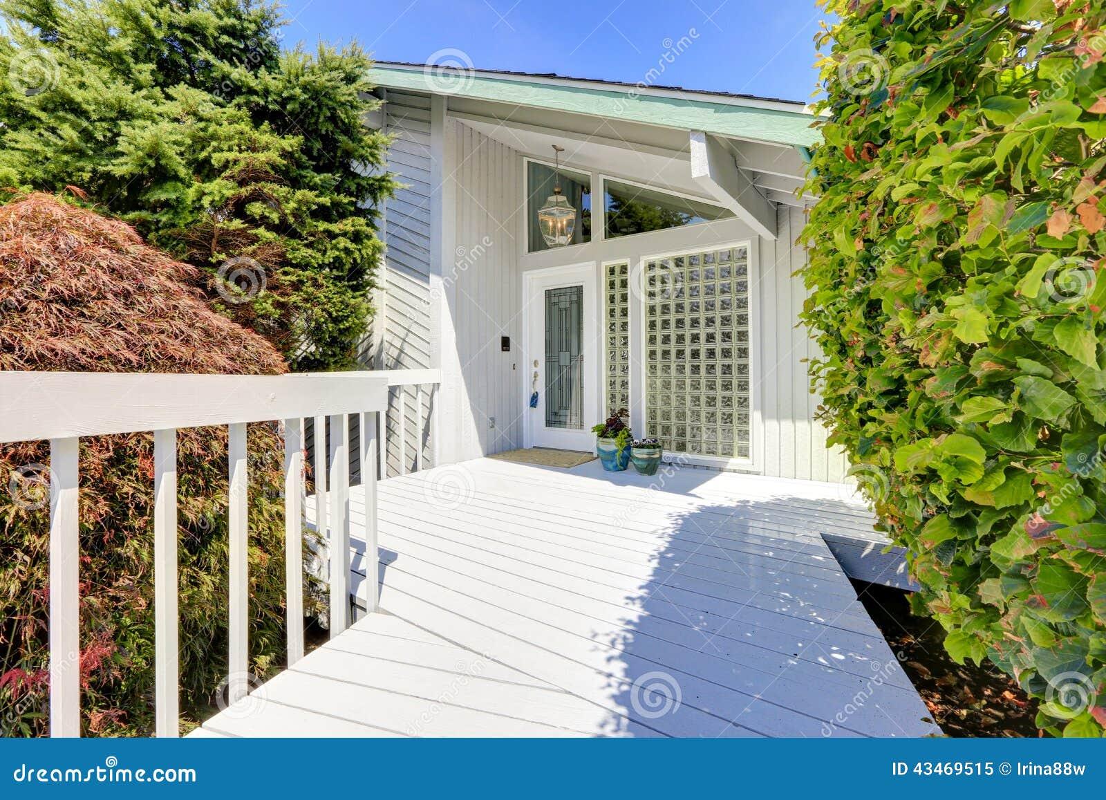 ext rieur moderne de maison porche d 39 entr e photo stock image 43469515. Black Bedroom Furniture Sets. Home Design Ideas