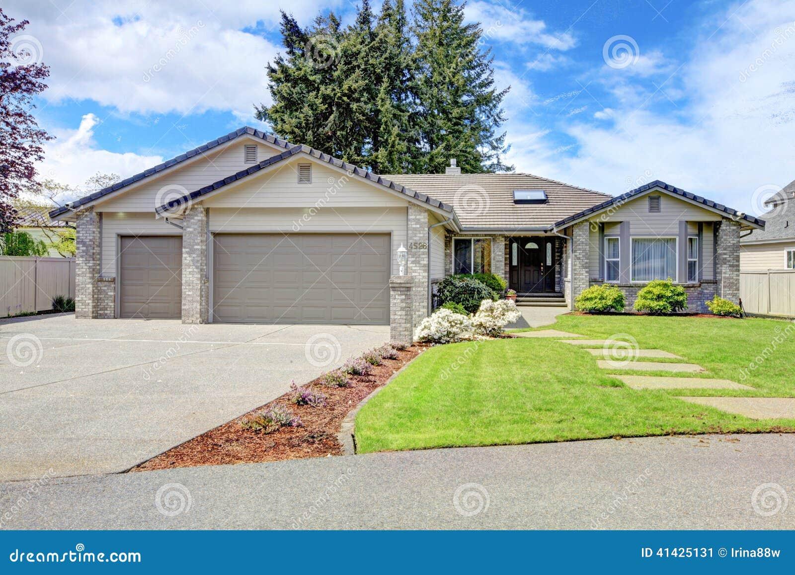 Ext rieur moderne de maison vue de porche et de garage d for Credit achat garage