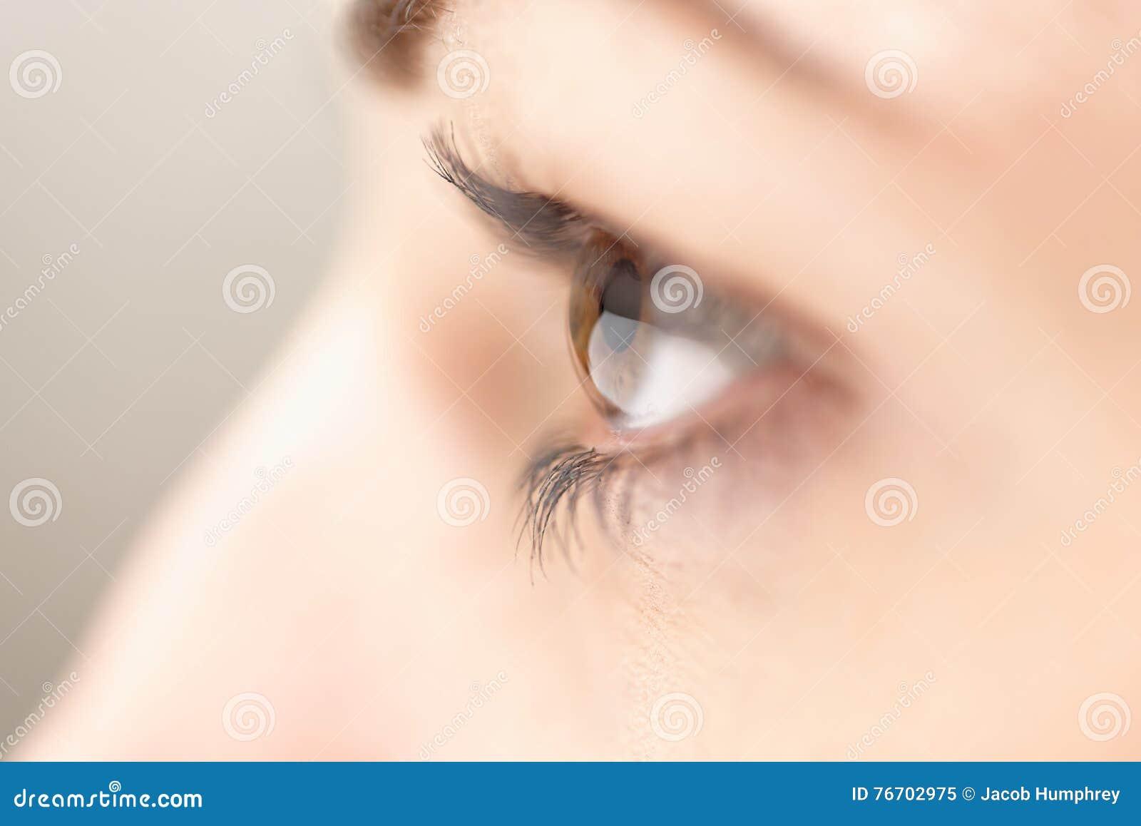 Eye kvinnlign