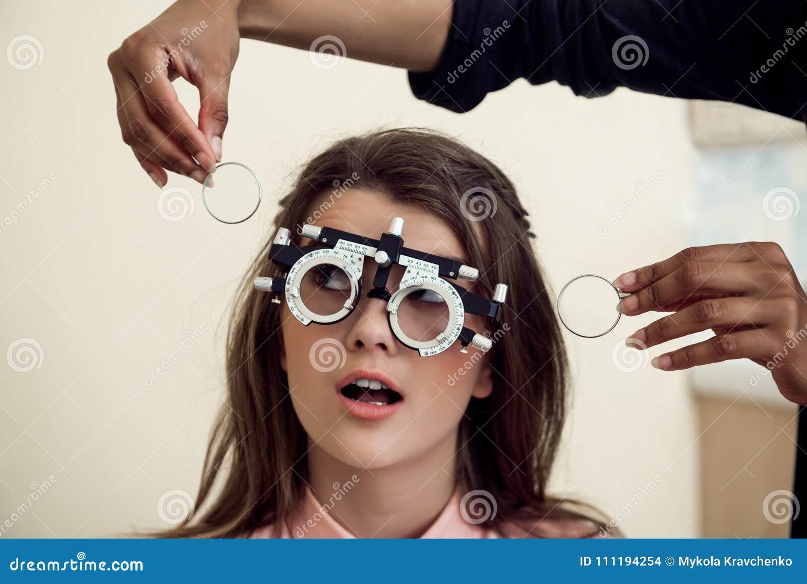 Eyecare en gezondheidsconcept Portret van nieuwsgierige en onderhouden jonge Europese vrouwenzitting op stoel terwijl eyecare