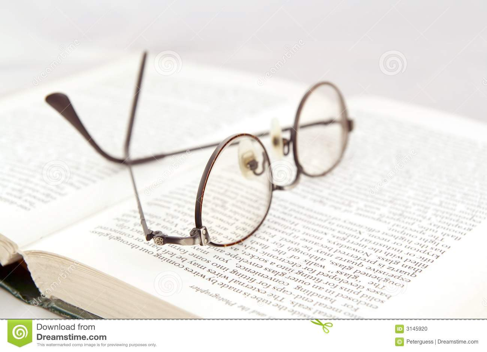 Eyeglasses στο ανοικτό βιβλίο