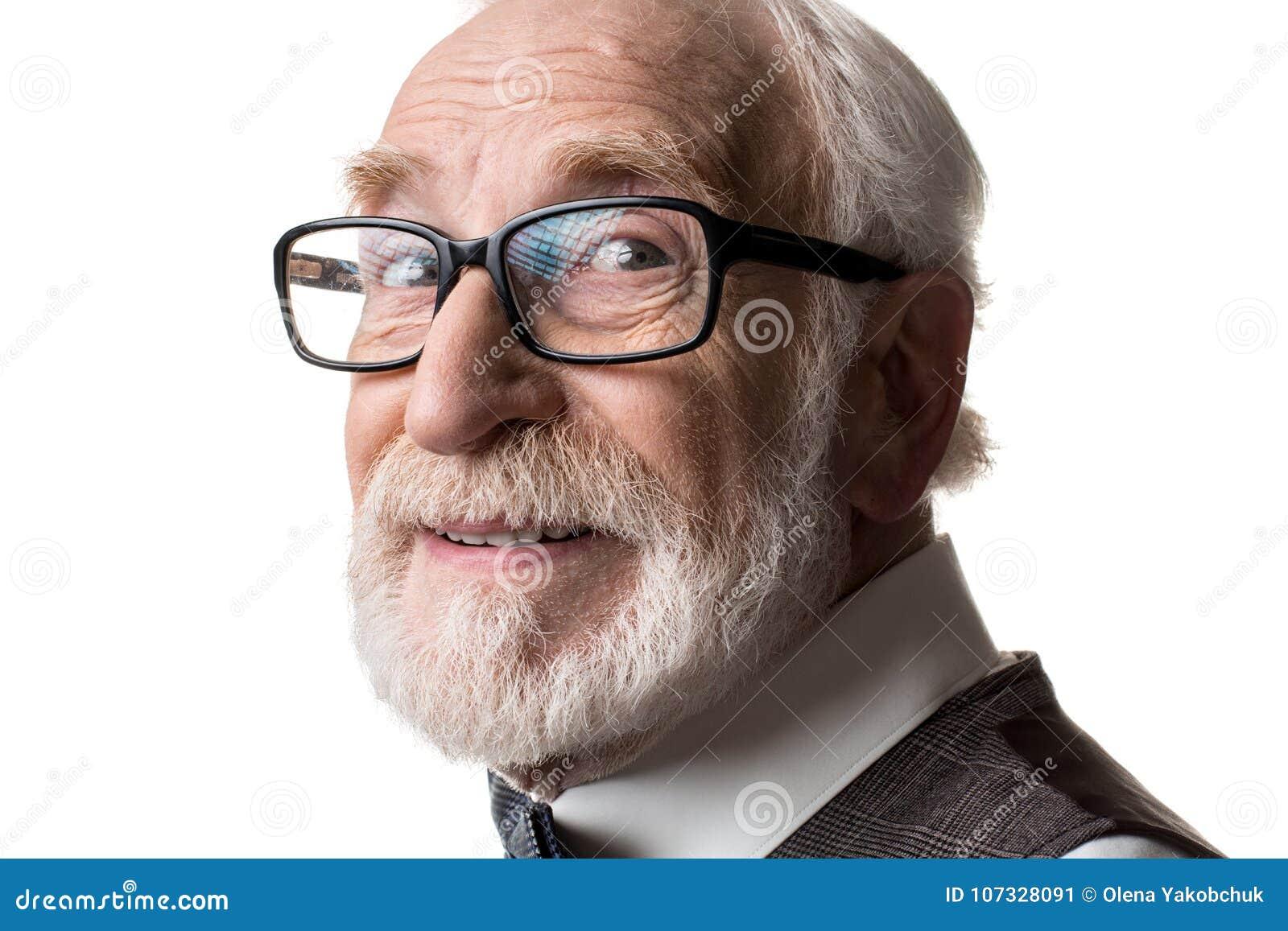 Eyeglasses довольного старика нося