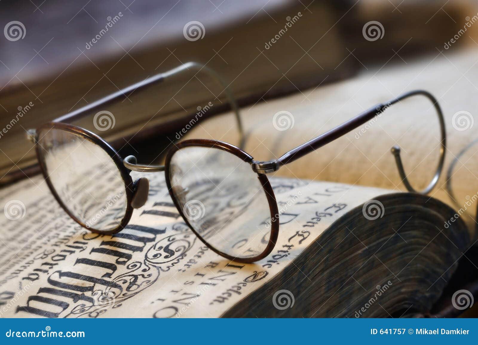 Download Eyeglasses книги стоковое изображение. изображение насчитывающей читает - 641757