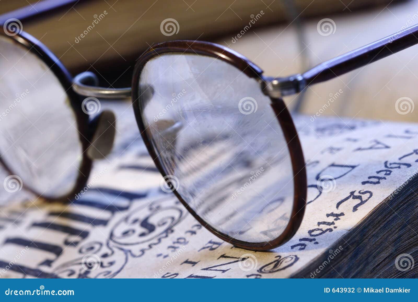 Download Eyeglasses книги стоковое фото. изображение насчитывающей adventurousness - 643932
