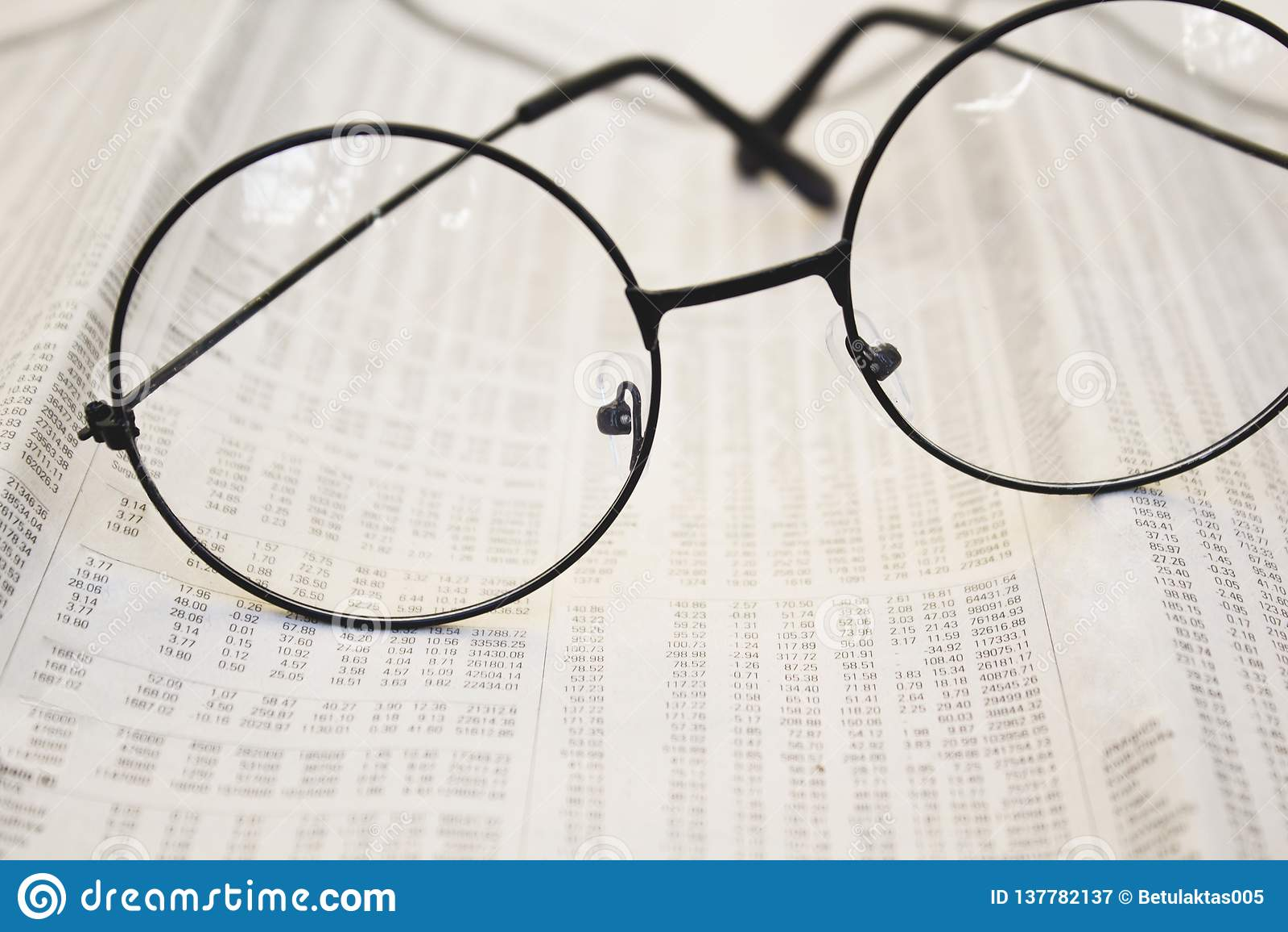 Eyeglasses на бумагах бухгалтерии