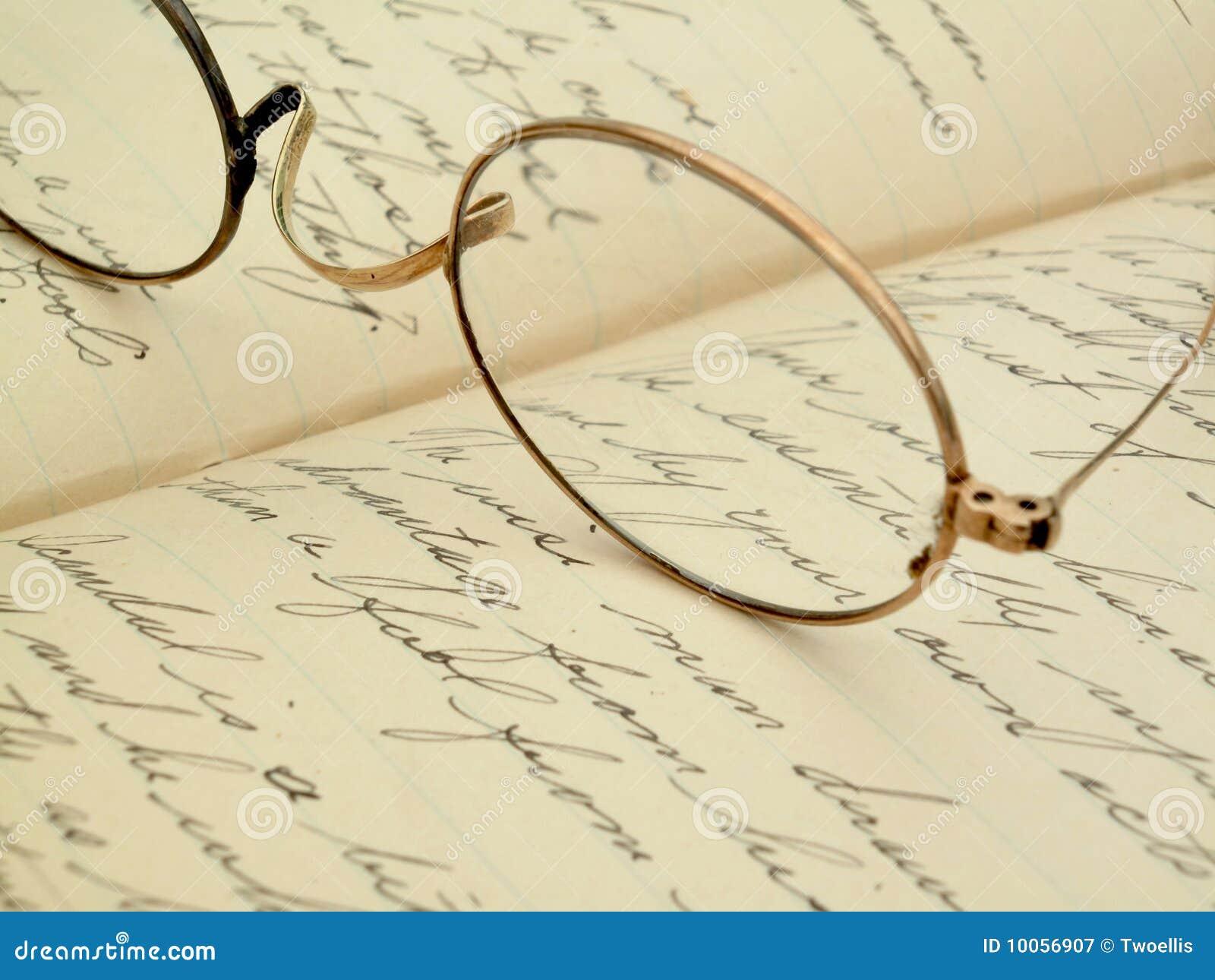 Eyeglasses do vintage em um diário escrito à mão