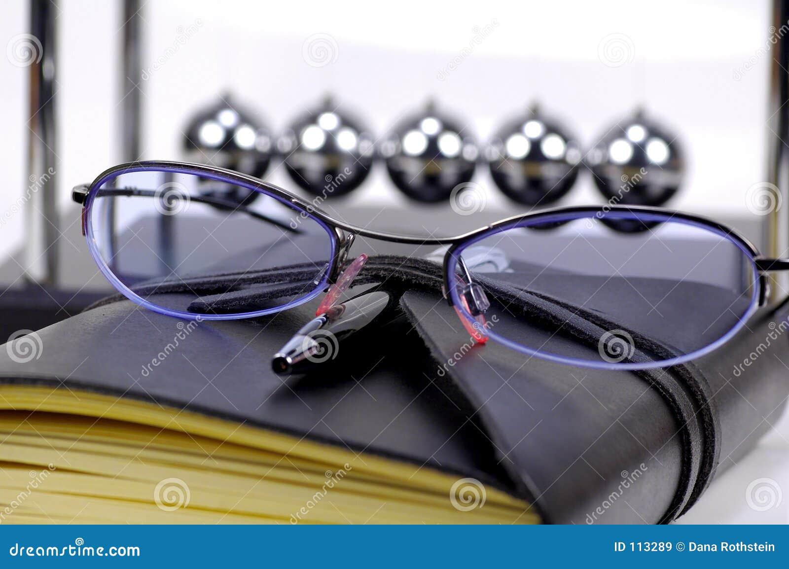 Eyeglasses e jornal