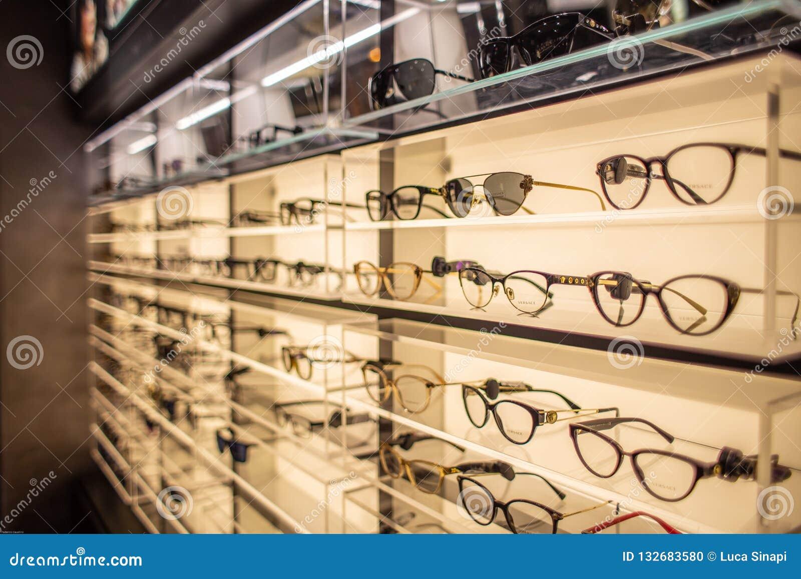 Eyewearskärmställning mycket av lyxiga exponeringsglas i Cagliari, Sardegna på November 2018