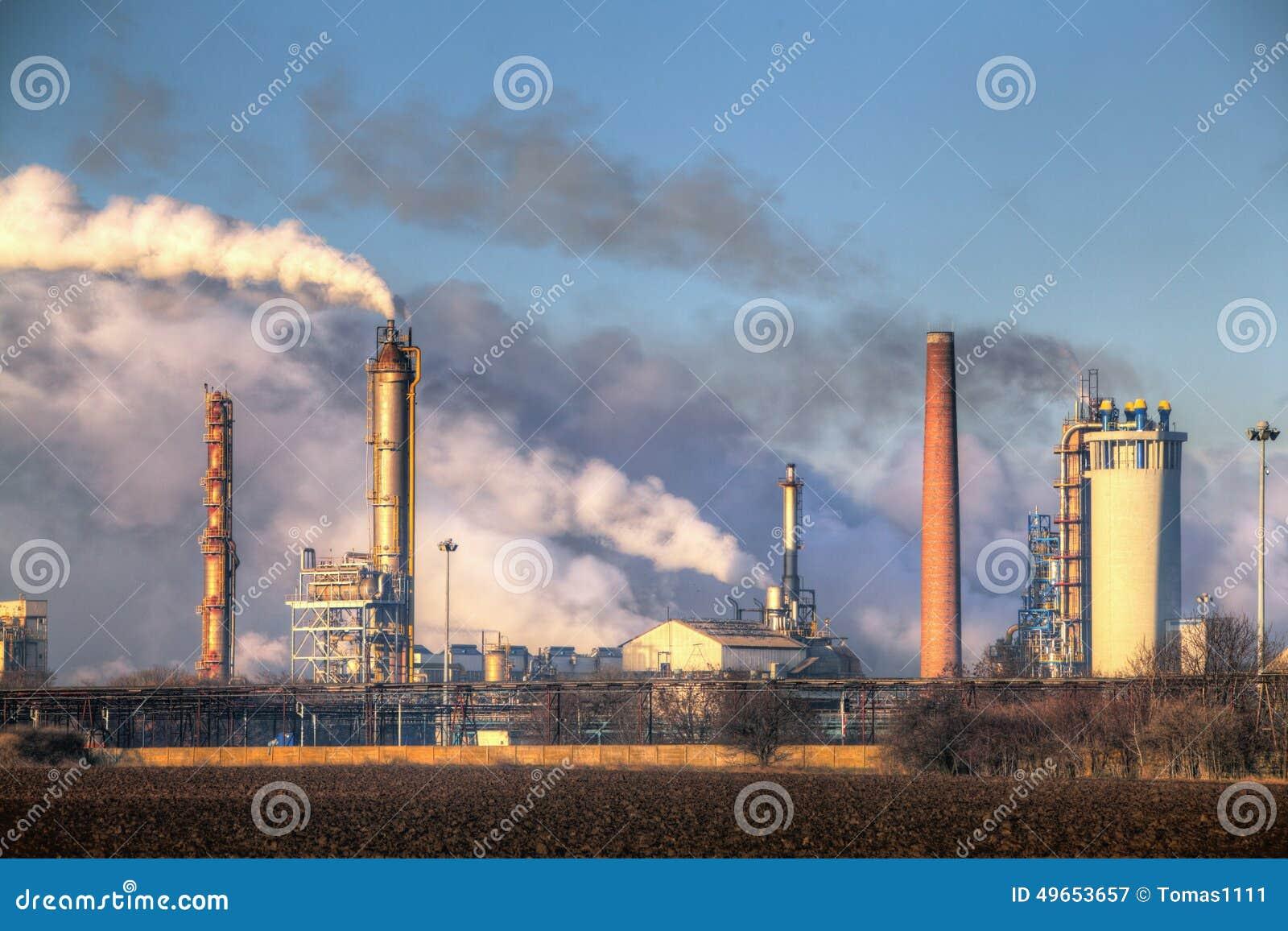 Fábrica com poluição do ar