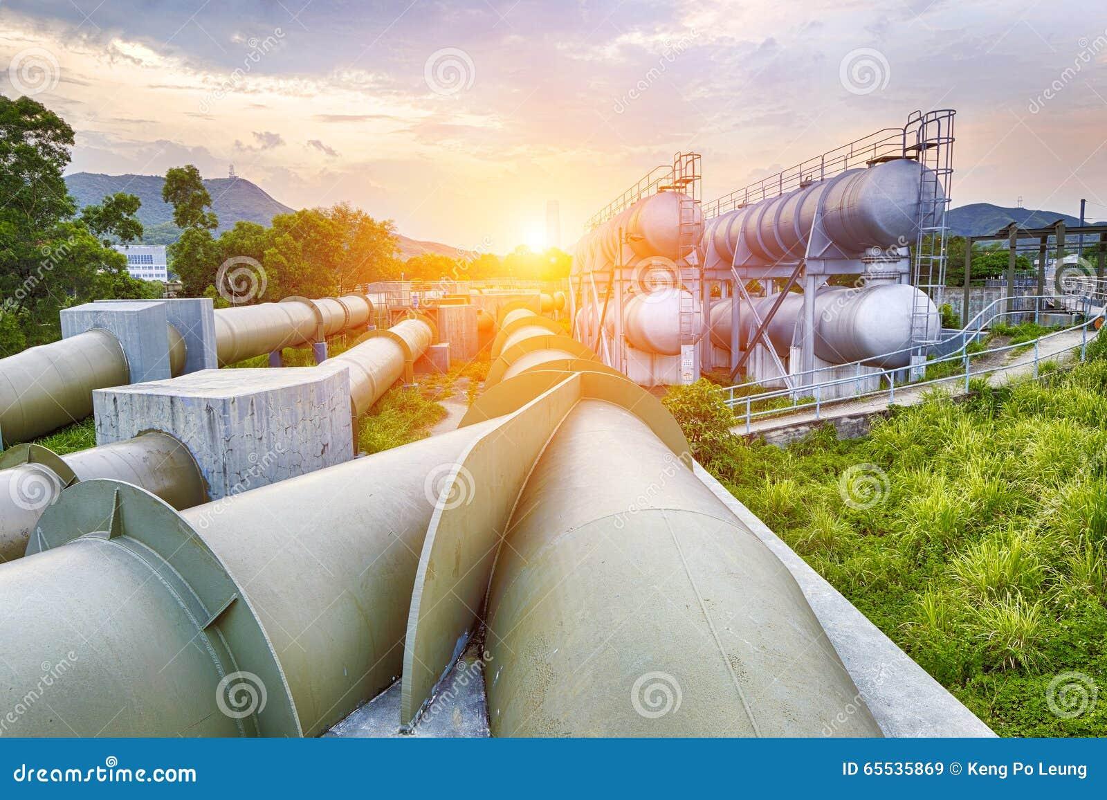 Fábrica da refinaria da indústria de petróleo e gás no por do sol