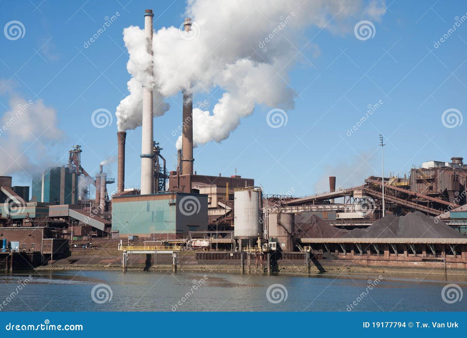 F brica de acero holandesa con las chimeneas imagenes de - Fabricantes de chimeneas ...