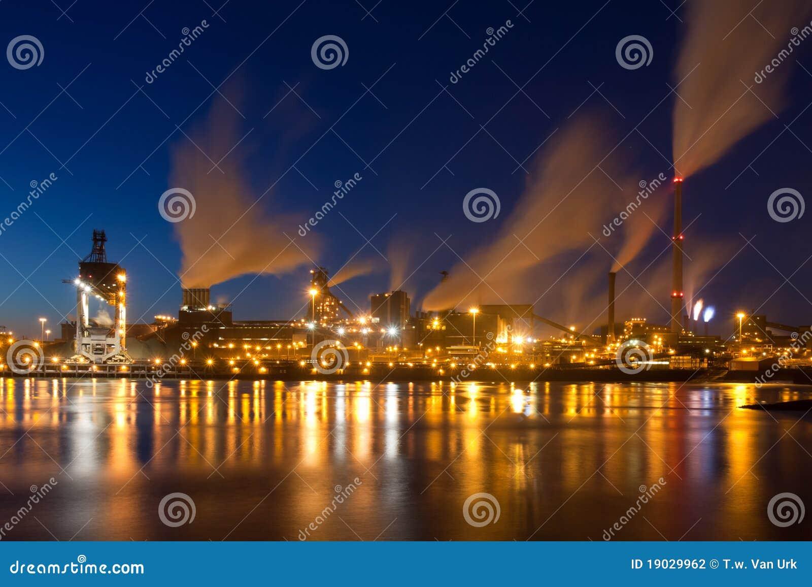 Fábrica de acero holandesa con las chimeneas en la noche