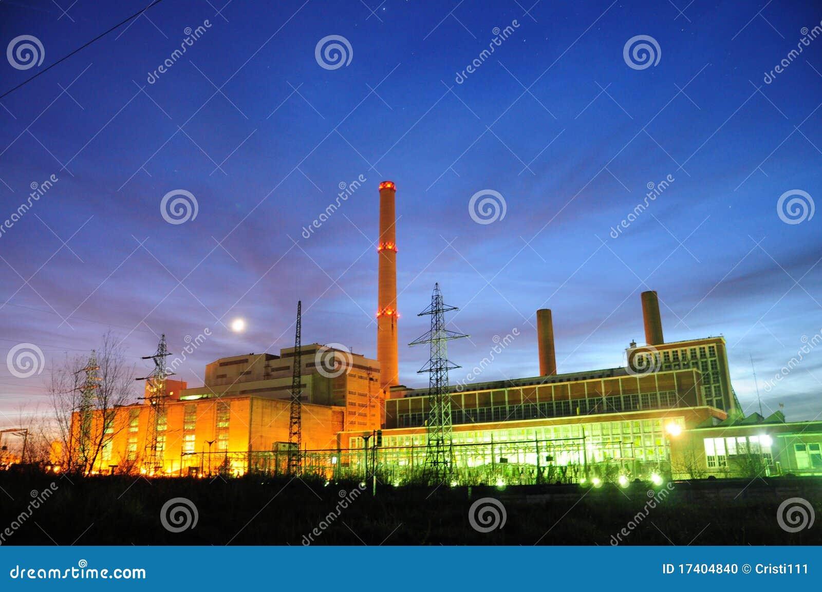 Fábrica eléctrica en noche