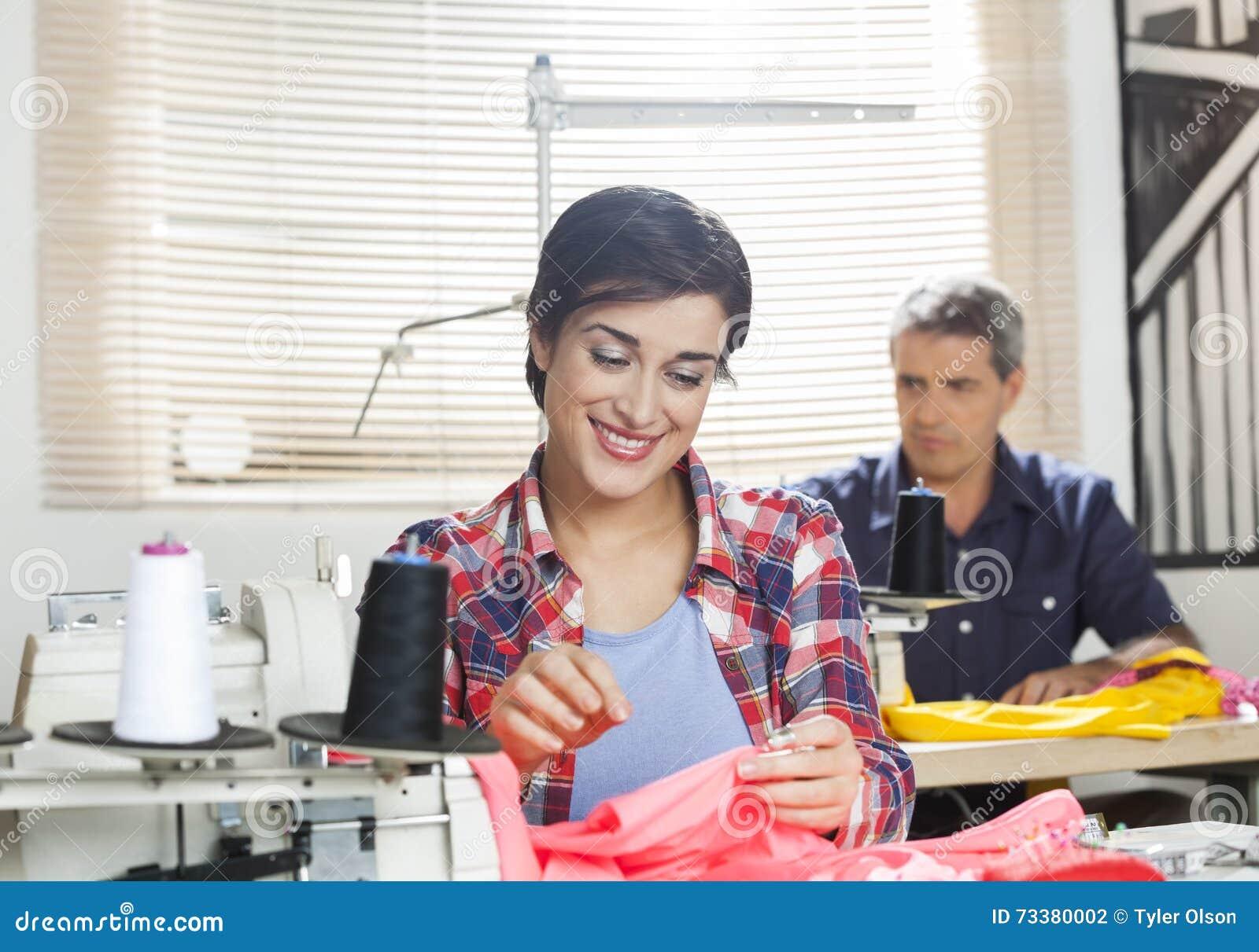 Fábrica fêmea feliz de Working In Sewing do alfaiate