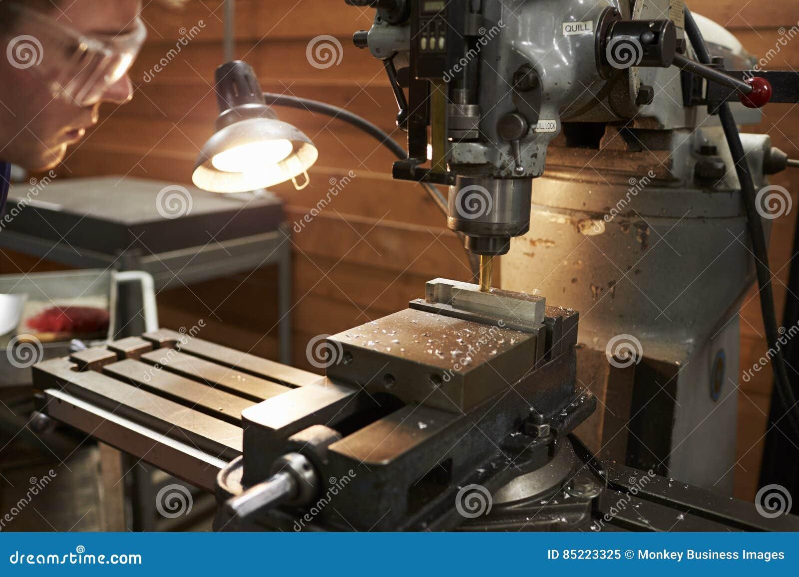 Fábrica masculina de Using Drill In del ingeniero