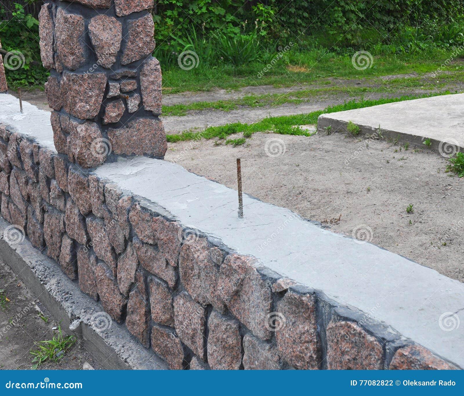 Fäktning Byggnadsgranitstaket med den dekorativa spruckna lösa stenen för design