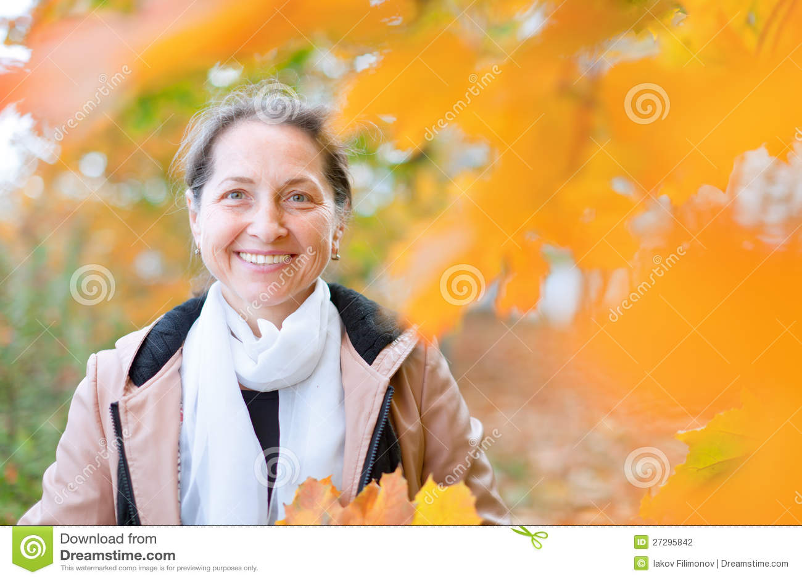 Fällige Frau im Herbst