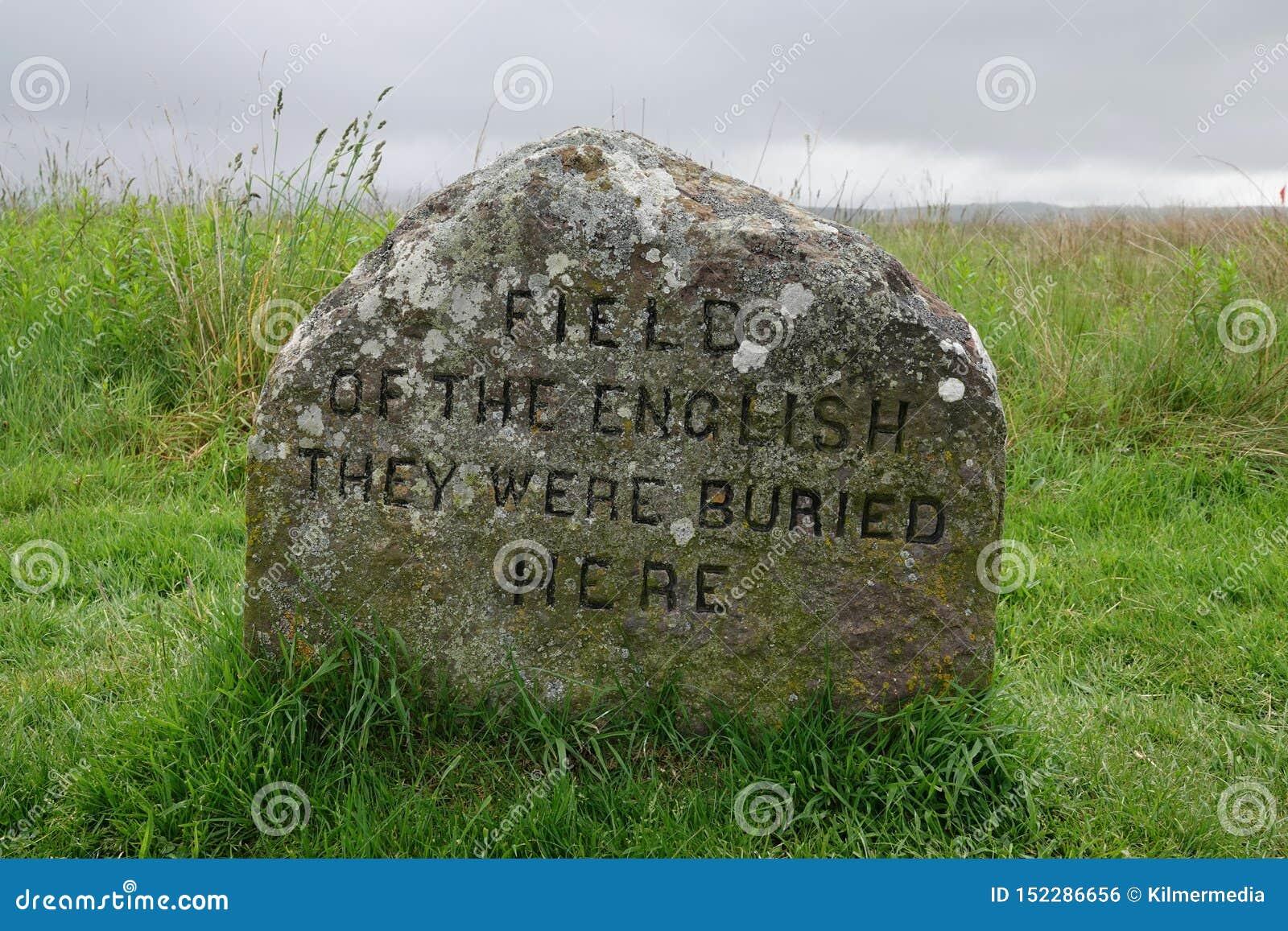 FÄLT AV ENGELSKAET - DE VAR DEN BEGRAVDE HÄR massgravmarkören på den Culloden slagfältet, Skottland