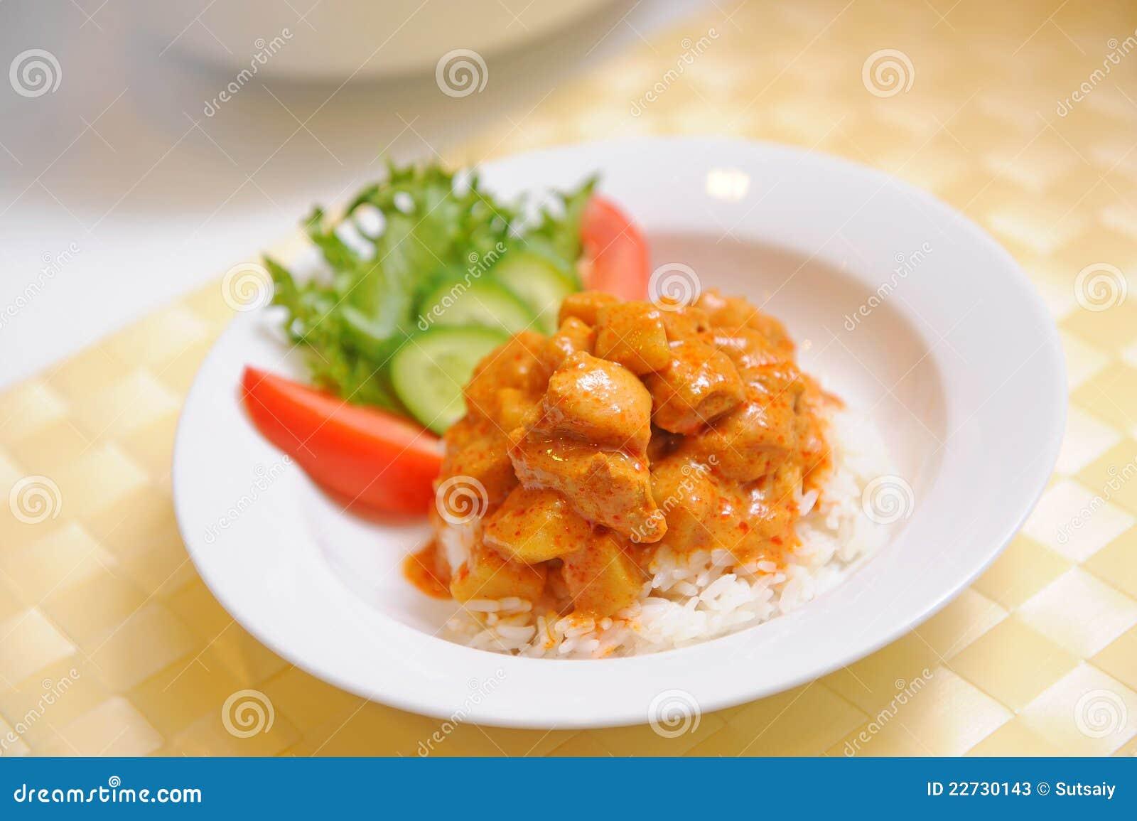 Färben Sie Curry-Huhn Mit Reis - Siamesische Nahrung Gelb Stockbild ...