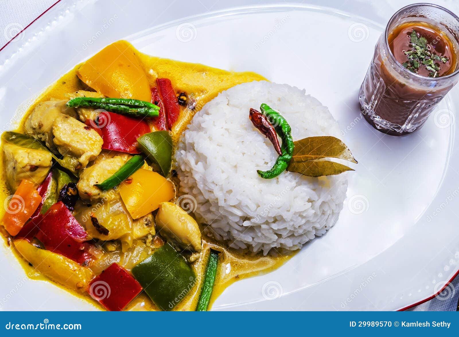 Färben Sie Thailändischen Huhn-Curry Mit Reis Gelb Stockfoto - Bild ...