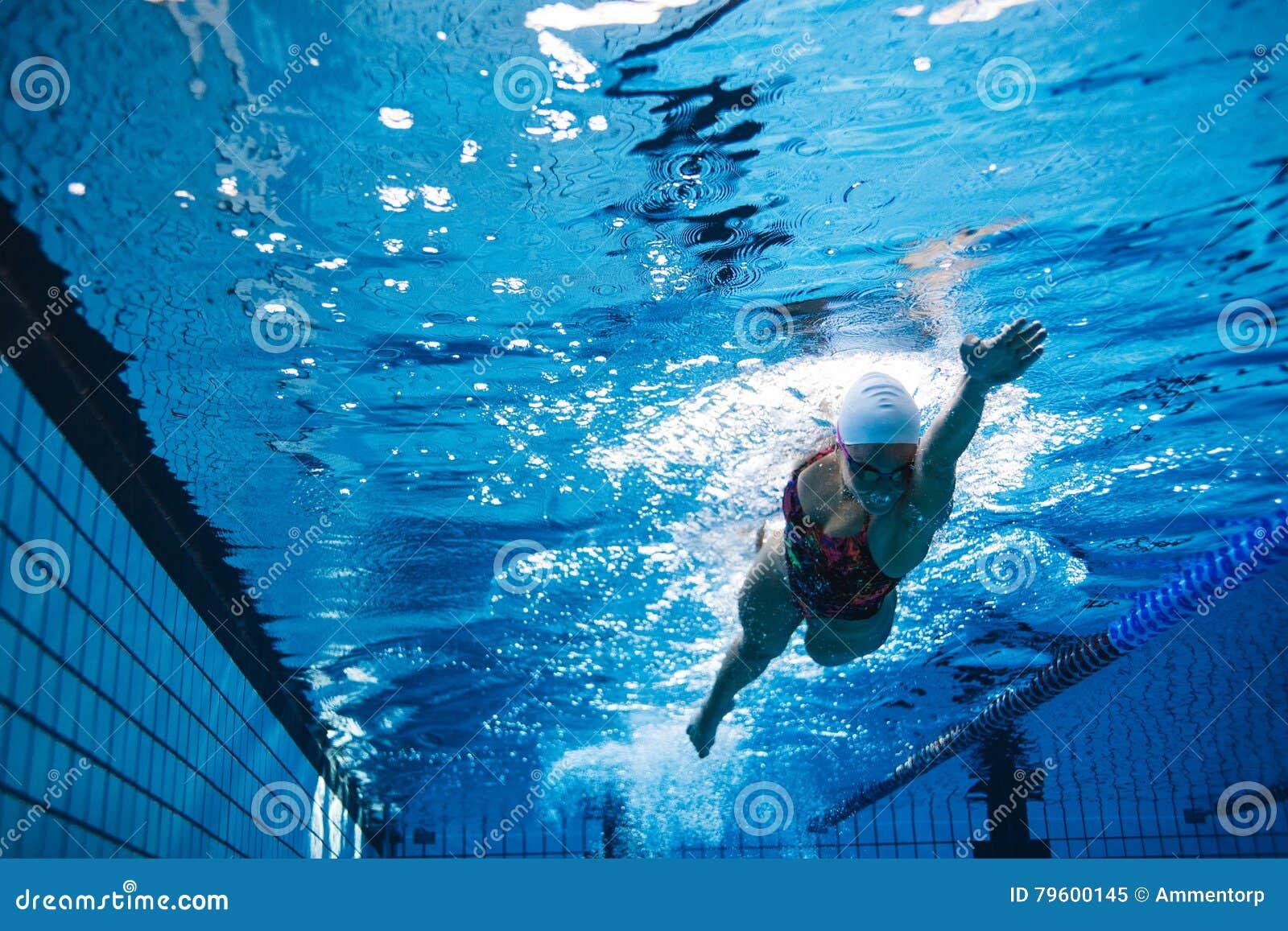 Färdig simning för kvinnlig idrottsman nen i pöl