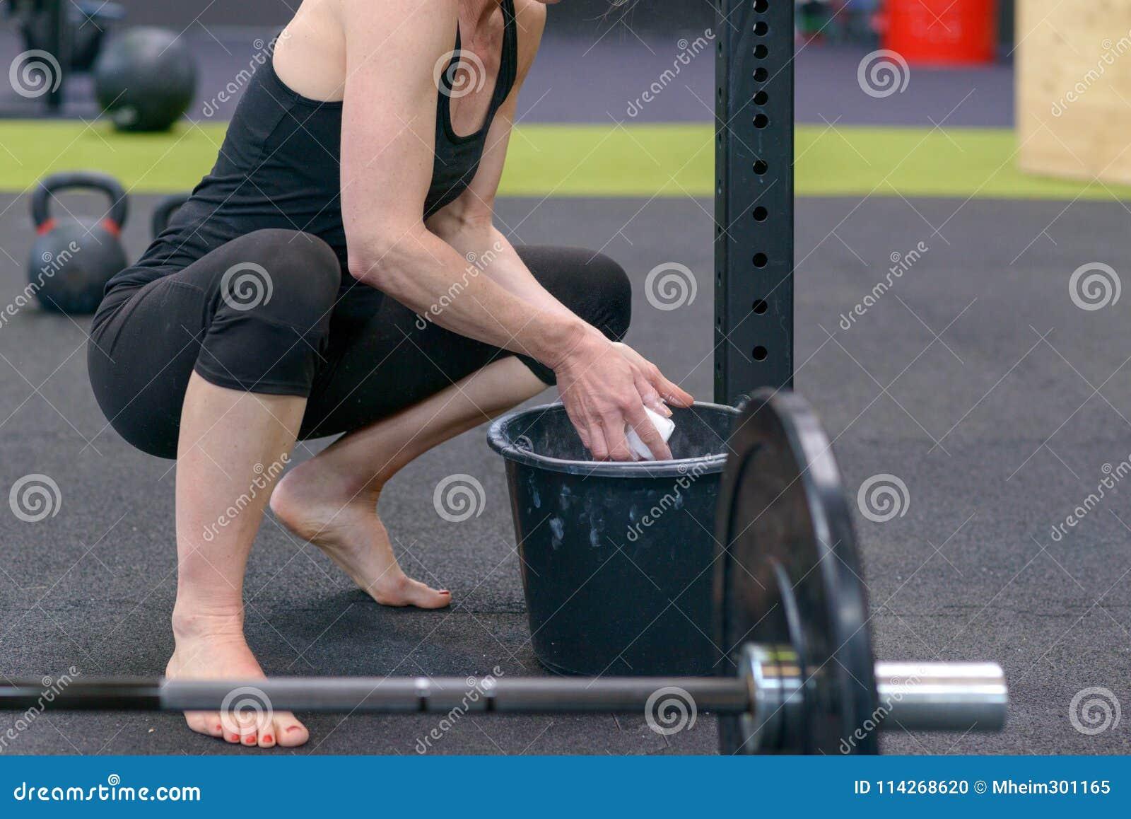 Färdig ung kvinna som chalking henne händer