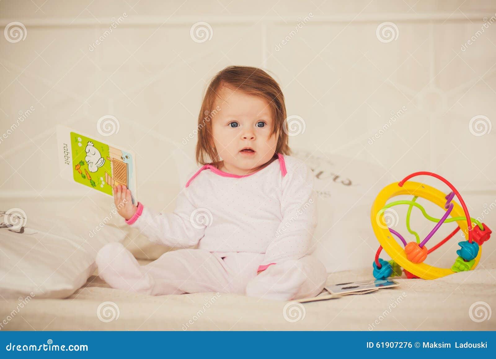 Färgade böcker för liten flicka innehav