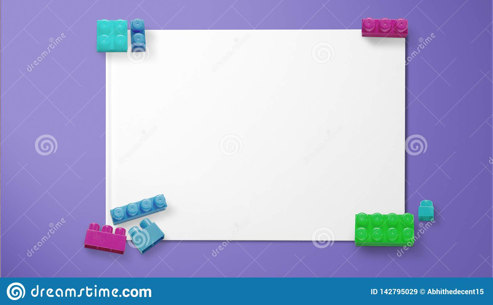 F?rgade leksaktegelstenar p? papper p? purpurf?rgad bakgrund