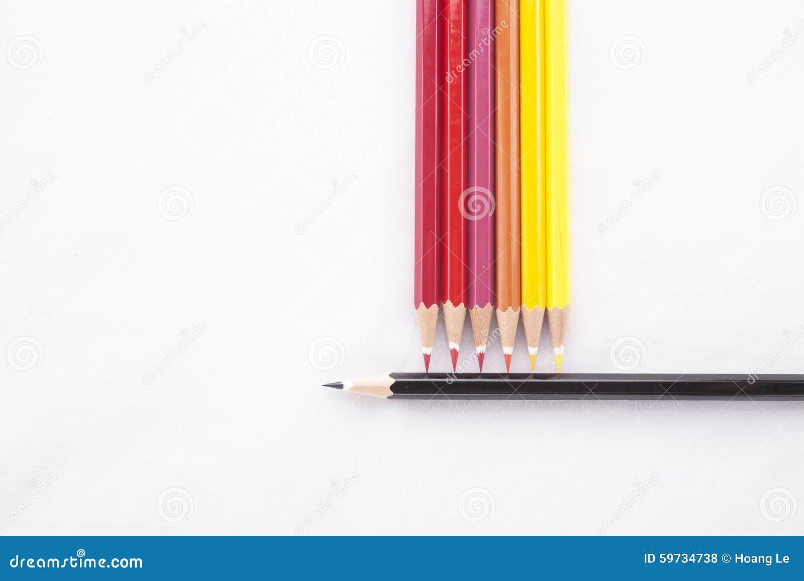 Färgblyertspennor på vit bakgrund
