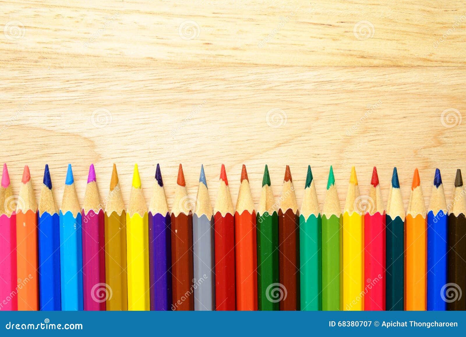 Färgblyertspennor på wood bakgrund