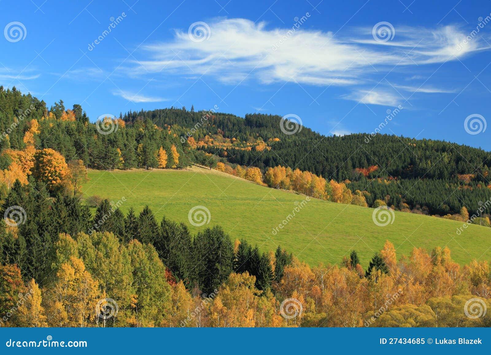 Färger av hösten i tjeckisk bygd