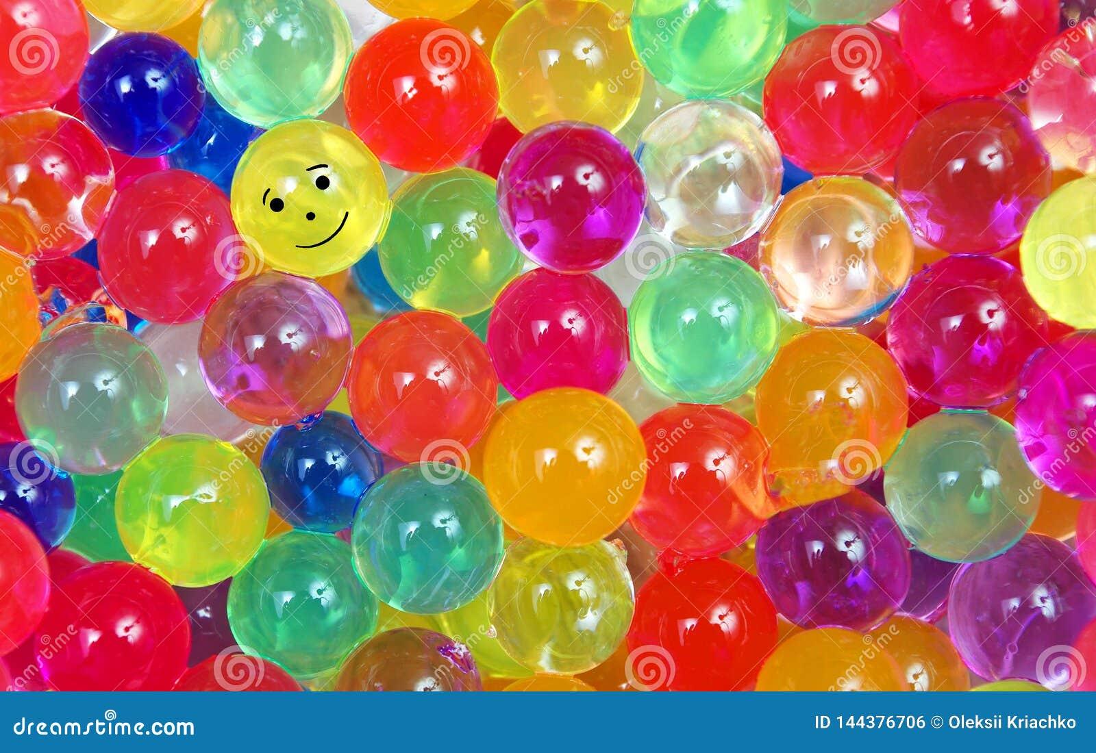 Färger av regnbågen Mångfärgad hydrogel klumpa ihop sig texturbakgrund Små färgrika pärlor Ordet FÄRG på kulöra räknare i skarp f