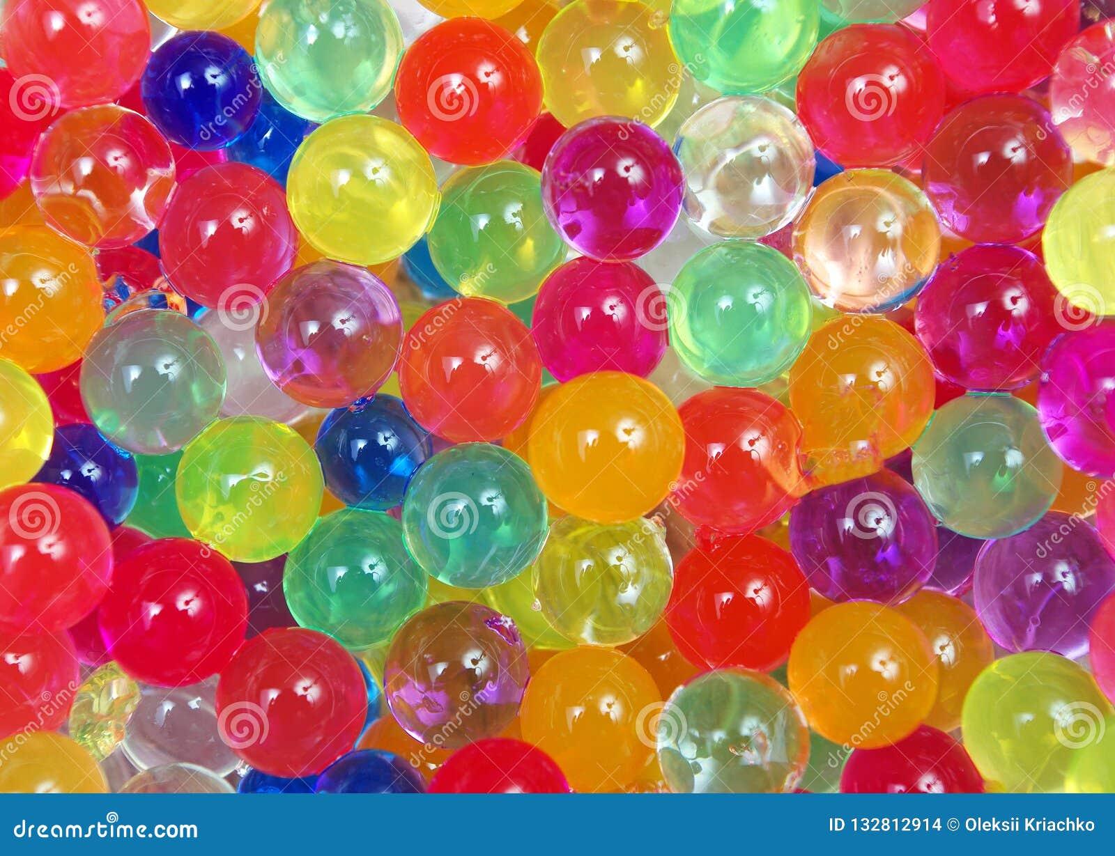 Färger av regnbågen Mångfärgad hydrogel klumpa ihop sig texturbakgrund Top beskådar Ordet FÄRG på kulöra räknare i skarp fokus mo
