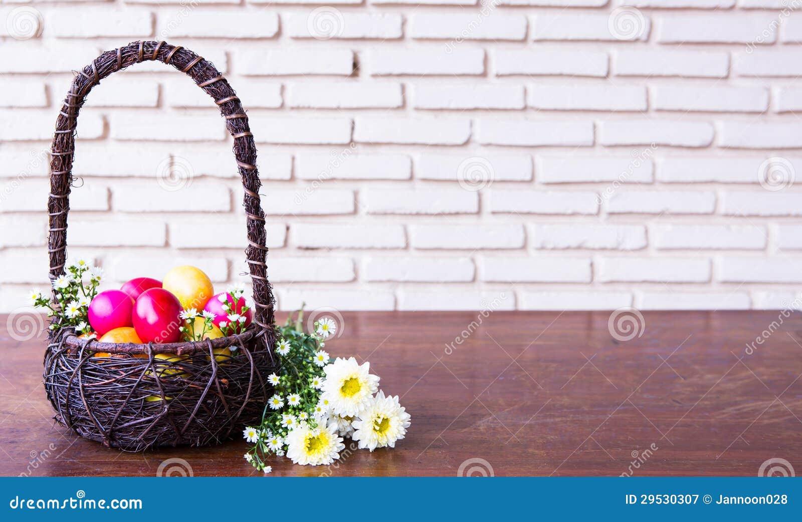 Färgglada easter ägg i brun korg
