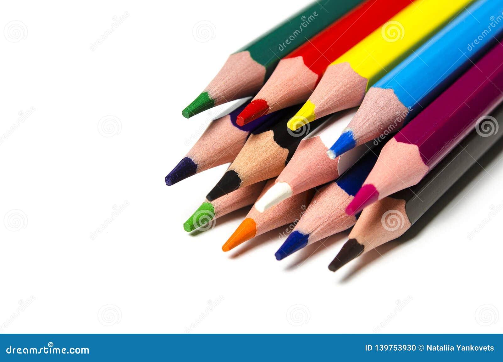 Färgglade skarpa blyertspennor ligger på en vit bakgrund