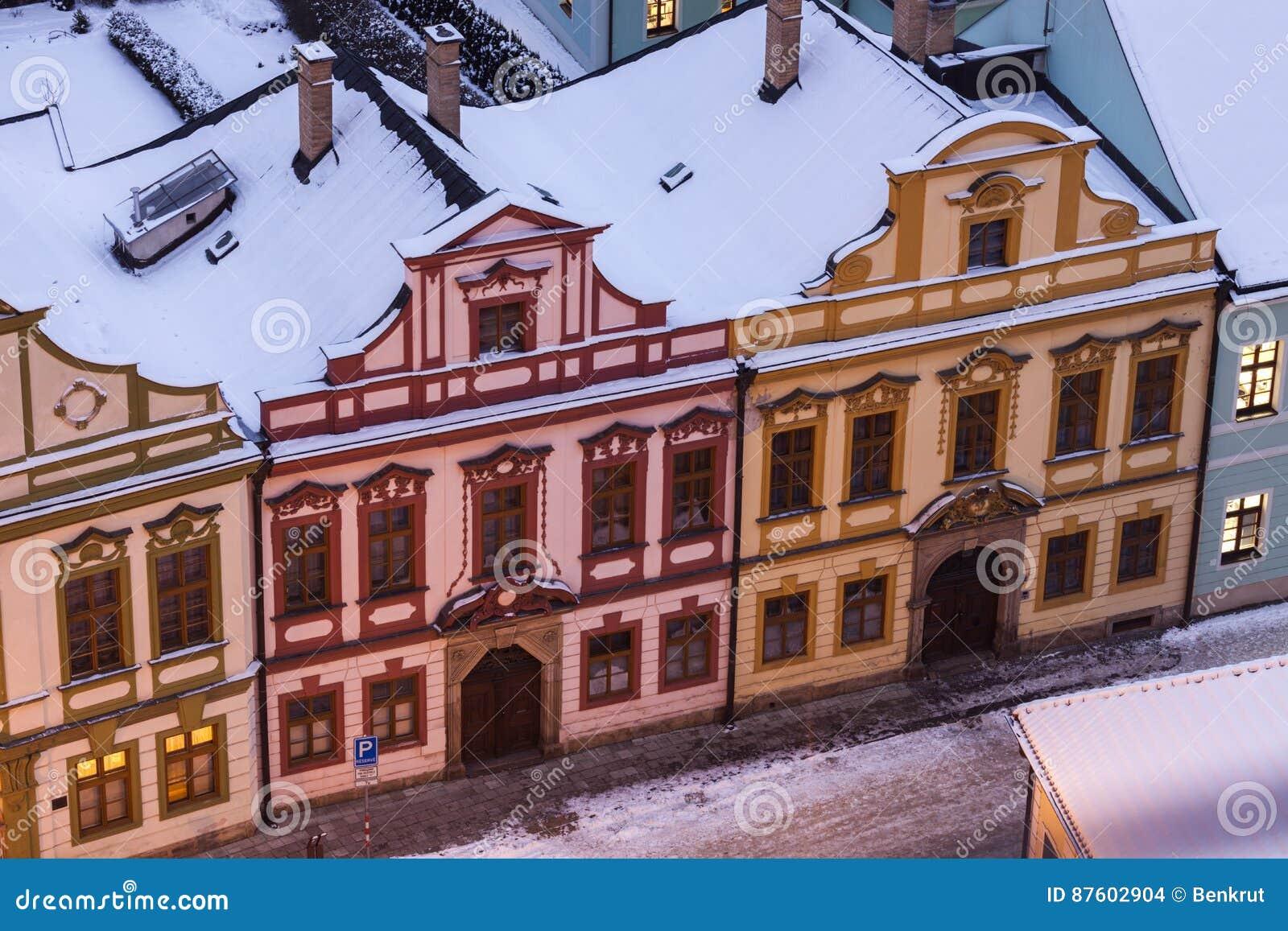 Färgrik arkitektur av den huvudsakliga fyrkanten i Hradec Kralove