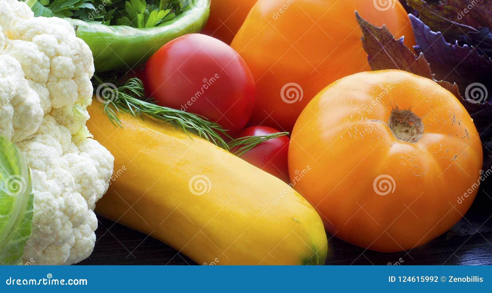 Färgrik bakgrund för nya grönsaker Mogen grönsaknärbild Tomater, blomkål, zucchini, varm peppar och örter