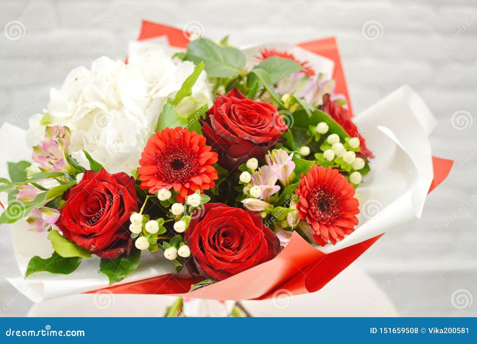 Färgrik blommabröllopbukett som isoleras på vit bakgrund