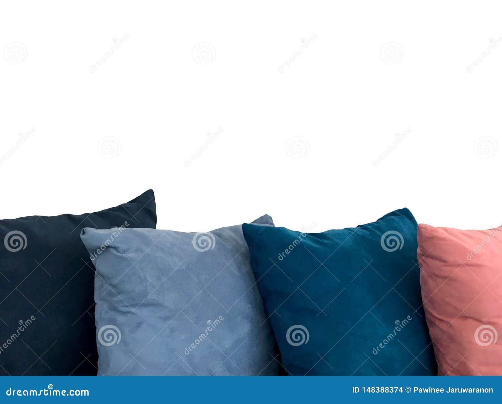 Färgrik dekorativ vila kudde på soffan som isoleras på vit bakgrund