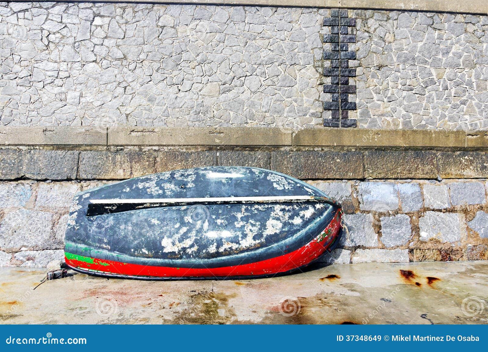Färgrik fiskebåt på skeppsdocka