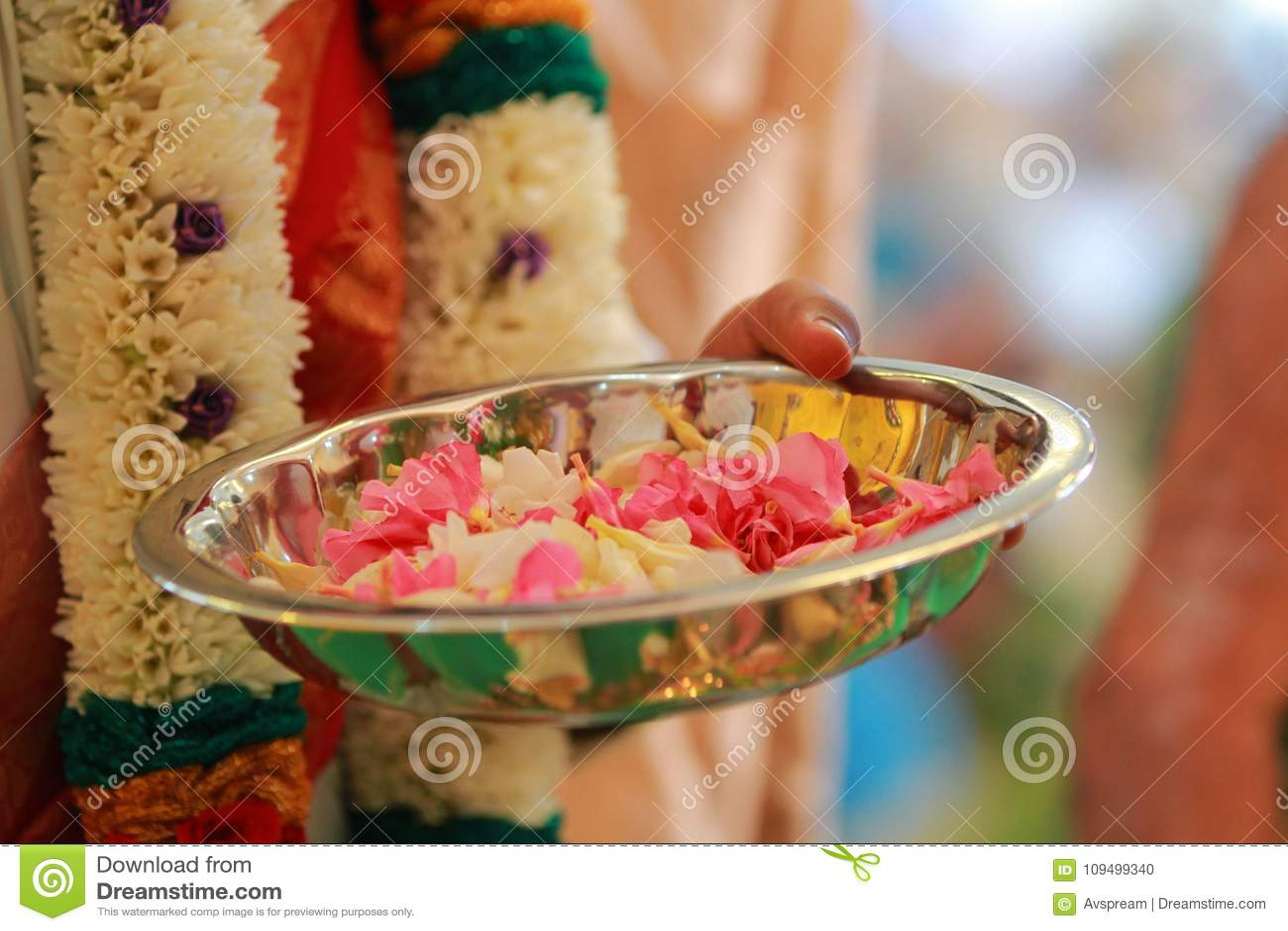 Färgrik girland för indisk traditionell kultur från nya blommor med södra indiska bröllopritualer